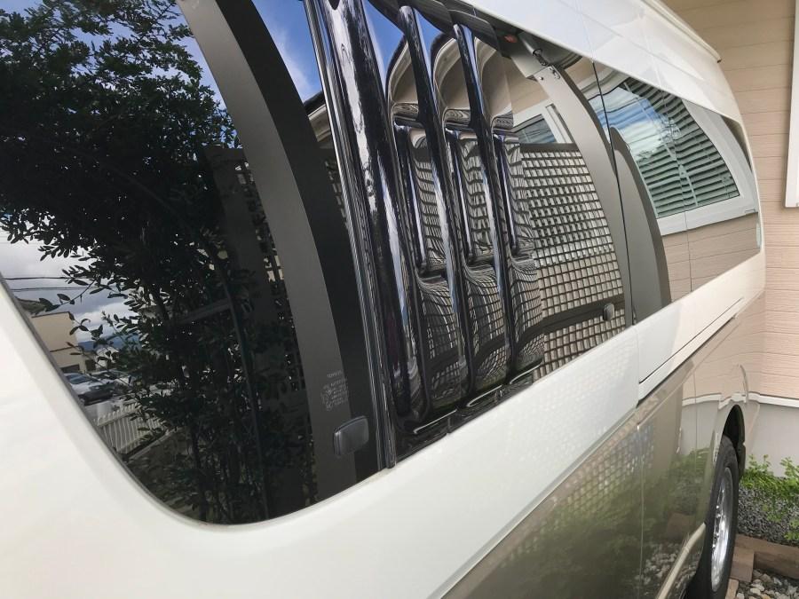ハイエースキャンピングカー スライドドア小窓雨よけとバグネット