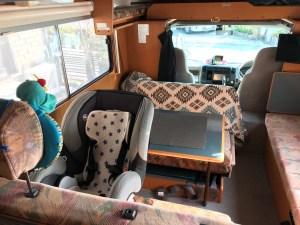 二点式シートベルトのキャンピングカーにイーブンフロー(evenflo)チャイルドシート シェアライドを取り付け 後ろ向け エントランスドアからアクセス良好