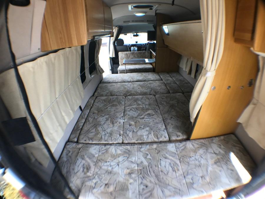 フルフラットベット+テーブルと二段ベッド ハイエースキャンピングカー