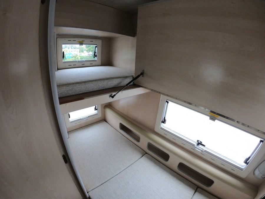 車内紹介 二段ベッド(上段跳ね上げ) バンテックコルドバンクス キャンピングカーレンタル滋賀カノアカーレンタル