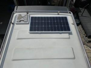 ZILに100Wソーラーパネル取り付け キャンピングカーにソーラーパネル取り付け バンテックのキャブコンジル キャンピングカーレンタル滋賀カノアカーレンタル