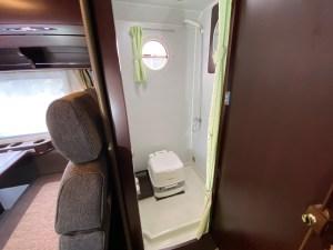 マルチ/シャワールームにポータブルトイレ設置可能 ナッツRVボーダーバンクス(バスコン)  滋賀県長浜市のキャンピングカーレンタル滋賀カノアカーレンタル