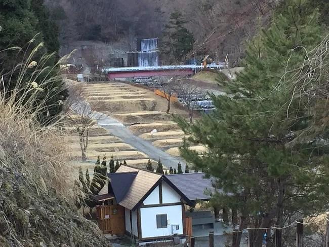 ウエストリバーオートキャンプ場のFサイトへの坂の上から見た写真
