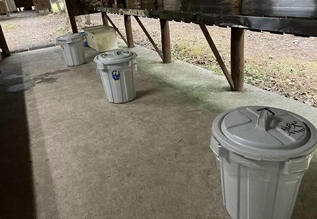 富士オートキャンプ場ふもと村の炊事棟のゴミ捨て場