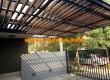kanopi kaca kombinasi dengan pergola kayu untuk atap carport