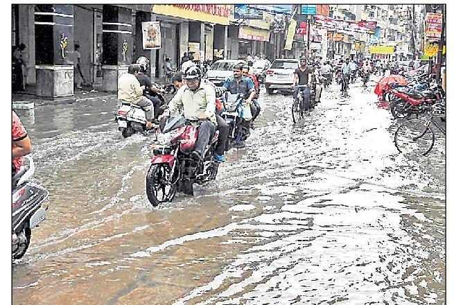 मुख्यमंत्री जी! अफसरों ने झोंकी धूल- मुहल्लों में दूसरे दिन की बारिश से जलभराव
