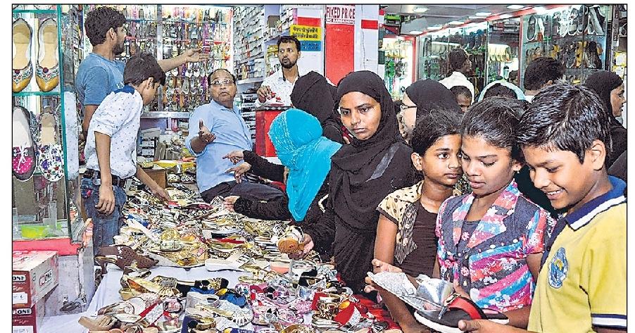 ईद ने दस्तक दे दी है। इसका सबसे बड़ा बाजार बेकनगंज में लगता है