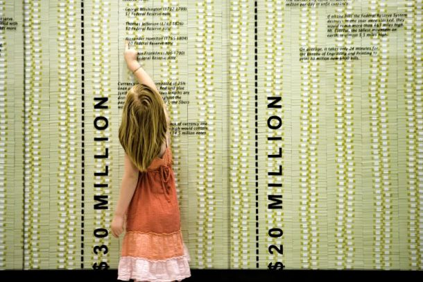 Museums in Kansas City - Girl reading exhibit at Money Museum