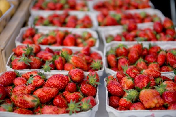 Farmers markets in Kansas City - fresh strawberries in boxes