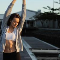 ストレッチをして運動に備えている女性の画像
