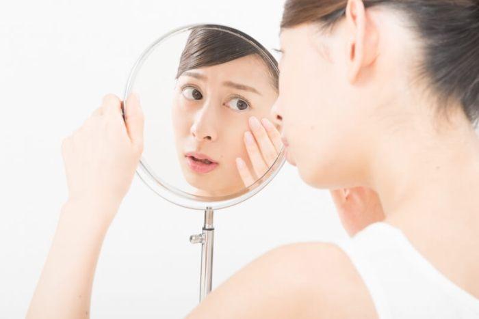肌荒れに気づいた女性のイメージ画像