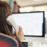 電話連絡をする女性の画像