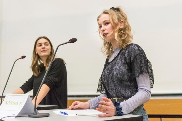 Cecilia Salzmann (rechts) während ihres Auftrittes.