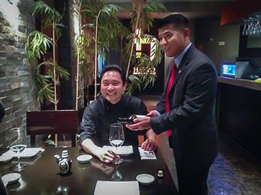 "Takao Matsukawa con el ""itamae"" peruano Hajime Kasuga."