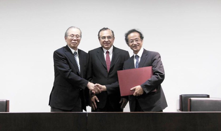 Toshiyuki Koroyanagi, vicepresidente de JICA, el embajador del Perú en Japón, Elard Escala, y el vicepresidente de la Universidad de Kinki, Takeshi Endo. (Foto: Embajada del Perú)