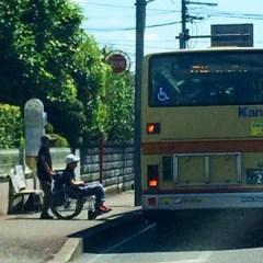 Rampa en el bus para personas en silla de ruedas