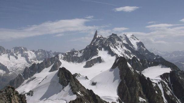 Glacier du Géant sekä Italian puolen huippuja. Iso piikki, eli Dent du Géant oli meilläkin tähtäimessä, mutta nyt oli liian pehmeetä lunta. Ehkä joku toinen kerta sitten.