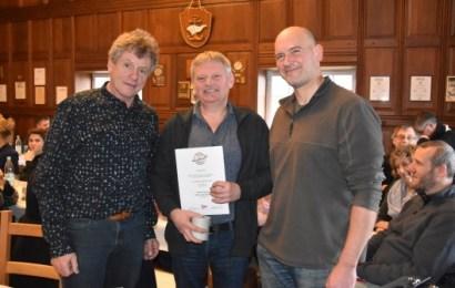 DKV verleiht Globusabzeichen an Wilsteraner Kanuten Reimer Demnick