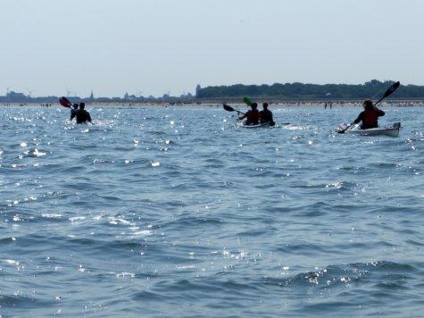 mit mehreren Paddlern auf dem Wasser