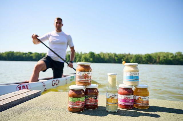 Olympiasieger Sebastian Brendel mit seinen Brendels Produkten.
