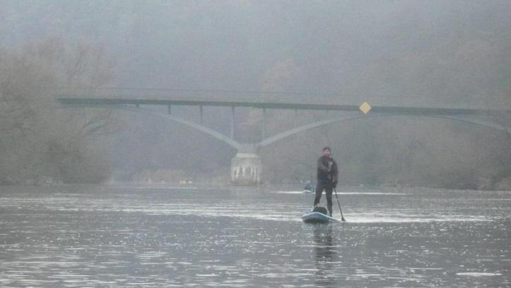 Nebelschwaden überm Fluss