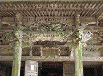 弁慶堂正面の見事な彫り物