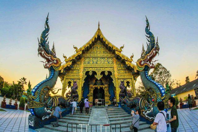 2 sublimes nagas devant un temple