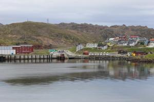 Das rote Gebäude links: die Jugendherberge (Wandererheim) in Honningsvåg