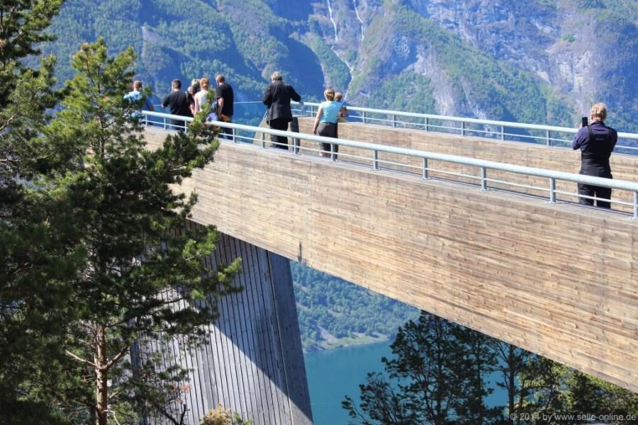 Stegastein Innerhalb kürzester Zeit ist der Aussichtspunkt in Stegastein selbst zu einer Sehenswürdigkeit geworden. Die preisgekrönte Aussichtsplattform ist aus Brettschichtholz und Stahl gefertigt und bietet den Besuchern in 650 m Höhe über dem Fjord Zutritt zu einer 30 m ins Freie ragenden Rampe. Hier bekommt das Erlebnis einer überwältigenden Aussicht und einzigartigen Fjordlandschaft eine vollkommen neue Dimension.