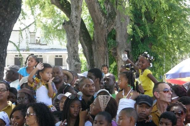 Iedereen komt kijken naar de militaire parade tijdens de Surinaamse onafhankelijksdag, Srefidensie.
