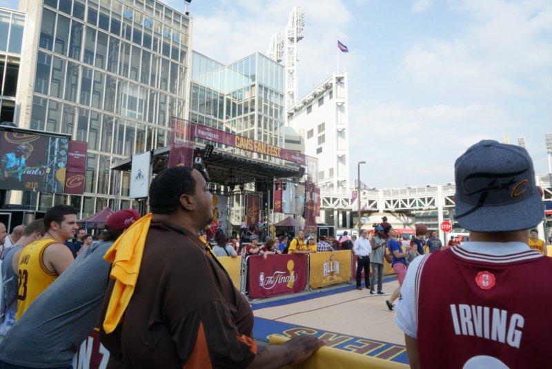 amerika-cavsfanfest-nbafinals-4thgame-cc-quickenloansarena-fans