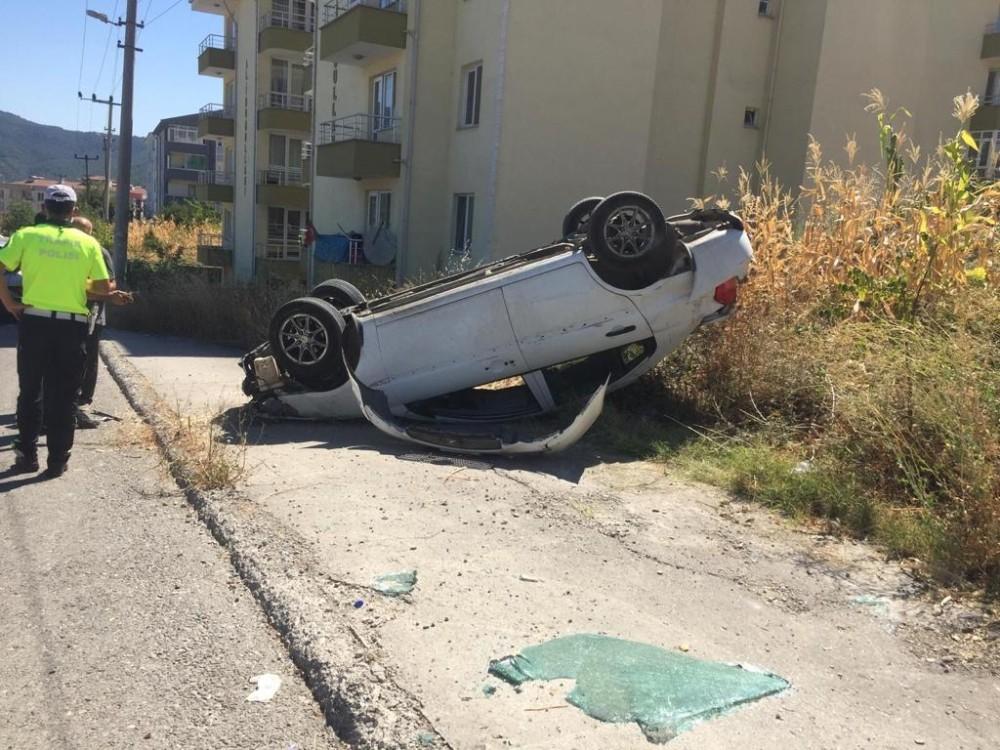 Kaldırıma çarpan otomobil ters döndü: 1 yaralı