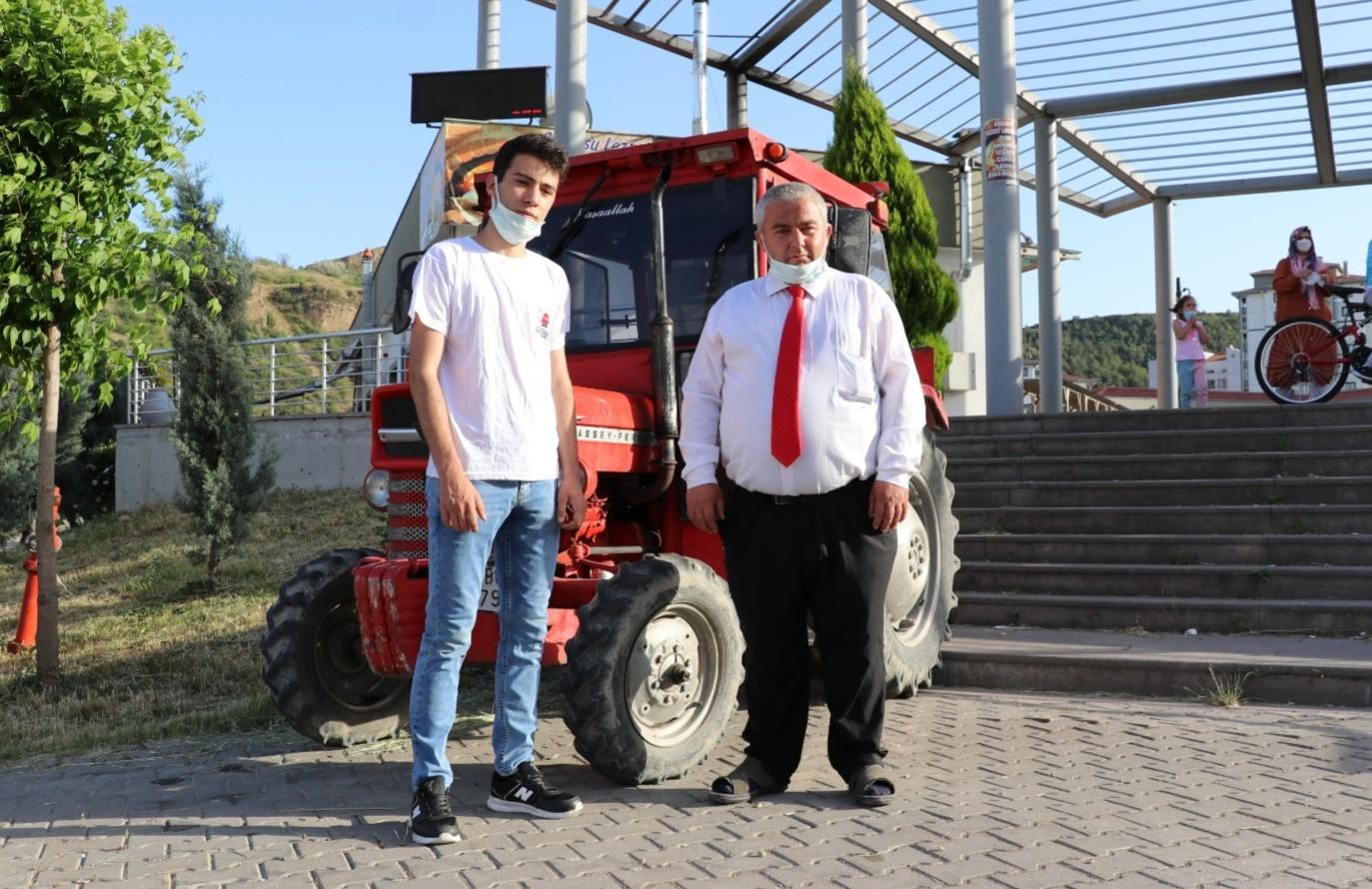 Babadan yadigar traktörle paket servisi yapıyor