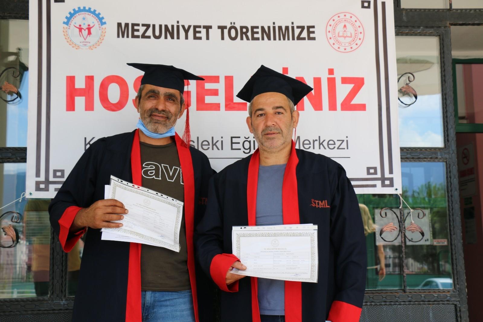 Telafi eğitimleri ile lise diploması alan iki torna ustasının hedefi üniversite