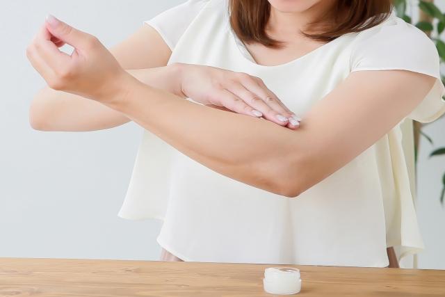手や腕にあらわれる赤い斑点の様々な原因と症状