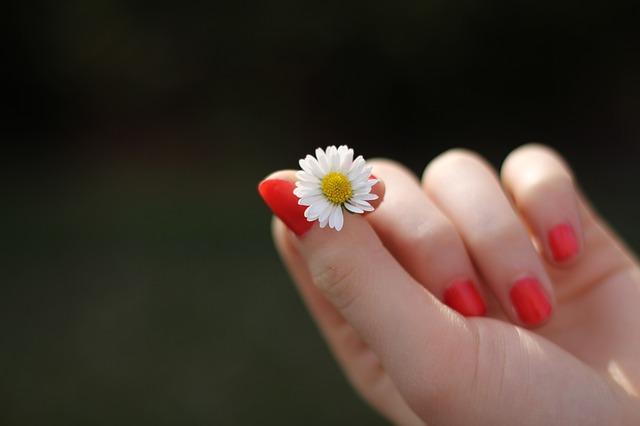 爪が短い女性に対する男性の印象とは?短い爪におすすめのカラー