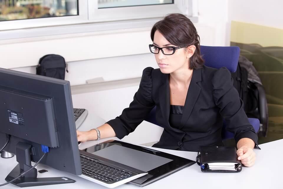 できる女の【オフィスでこっそりストレッチ】座ったまま足の冷えとムクミを吹っ飛ばせ!