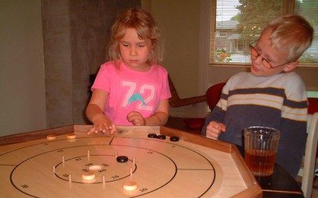 Bērni spēlē galda spēles