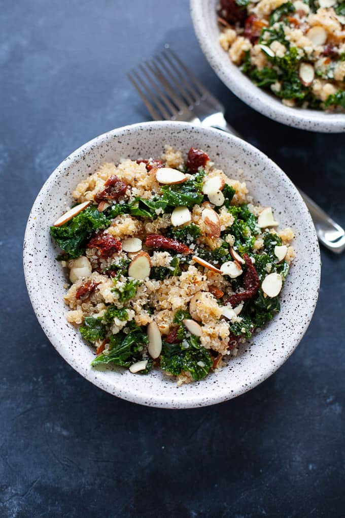A 5 ingredient healthy kale and quinoa bowl that uses only five ingredients and takes less than 25 minutes to make.