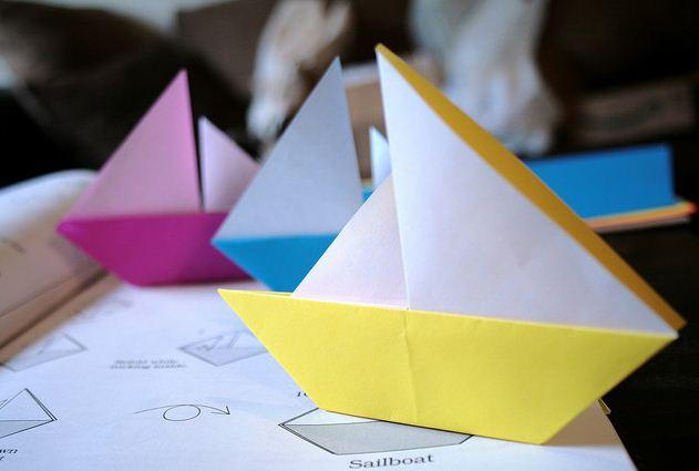 Как сделать кораблик из бумаги? Инструкция складывания бумажного кораблика своими руками этап 5