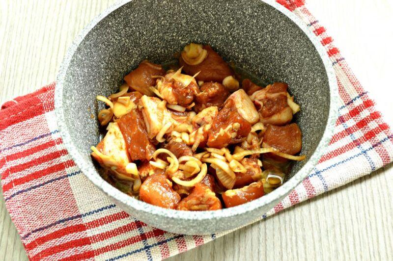 Carne de porco em uma frigideira: 9 Receitas simples e saborosa Estágio 11