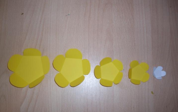 Paper Flowers & # 8212; Mga scheme at mga template para sa paglikha ng mga kulay ng papel na yugto 146.