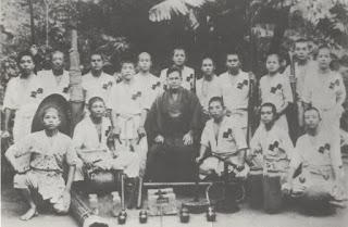Chojun_Miyagi_alumnos_Naha_1942