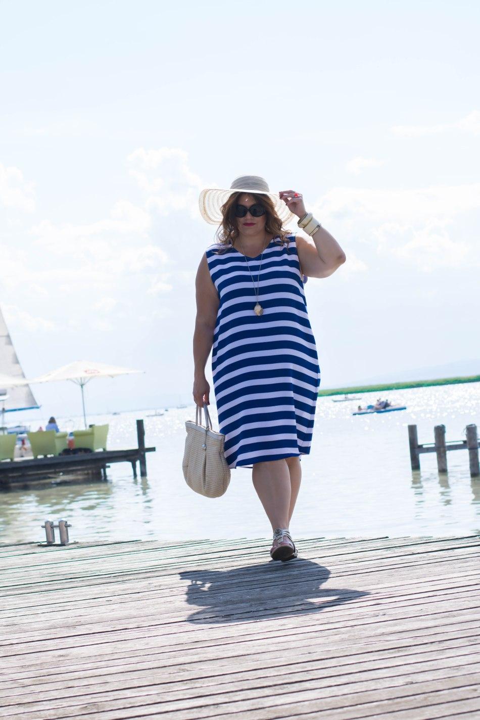 streifenkleid blau-weiß sommer fashion plussize outfit frapp maritime marine look kardiaserena boutique grandios wien hut korbtasche