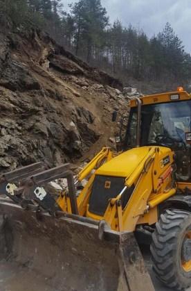 """Тежкотоварният трафик в Смолянско се пренасочва през Ардино и Бенковски! Шефът на АПИ идва заради """"скалната блокада"""""""