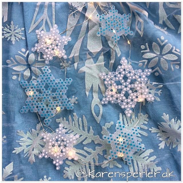 iskrystaller i perler på lyskæde