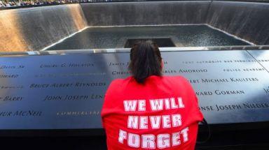Trauernde Frau vor der Gedenkstätte des zerstörten World Trade Center