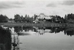 Vuonna 1903 rakennettu ja edelleen ylväänä paikallaan seisova vanhainkoti, jota alkuvuosina myös vaivaistaloksi kutsuttiin, on kauneimmillaan tässä Ilmari Jokiniemen kuvassa. Kaupunginlahden rannassa vanhainkodin edessä on vielä viimeisiä alun perin merimiesten asuinalueeksi rakennetun Blasieholman taloja.