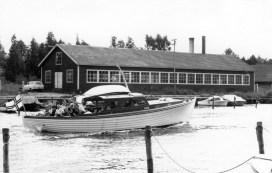 Tässä sodan jälkeen tehdyssä Sorvakonrannan rakennuksessa tehtiin mm. häköpönttöautojen ja -veneiden polttoaineena käytettyä puupilkettä Pu-Ra -nimisen yrityksen toimesta. Sama yritys valmisti myöhemmin muun muassa puisia wc-pöntön kansia. Myöhemmin, 1960-90-luvuilla rakennuksessa toimi Palmun Leipomo ja vuosina 1995-2001 ravintola Kaivohuone. Talo tuhoutui tulipalossa 2000-luvun alussa. Arvid Hällforsin 1950-luvulla rakentamassa Auli-veneessä kuljetetaan norjalaisia ystävyyskaupunkivieraita Koiviston lomasaareen. Veneen voi yhä nähdä Kaupunginlahden rannalla.
