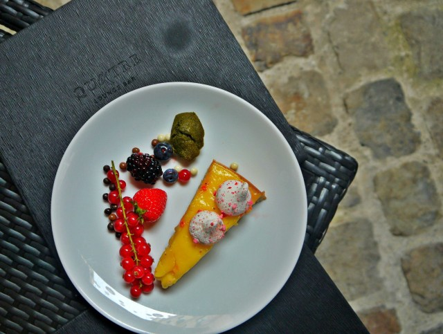 Tarte au citron, fruits rouge, mini-madeleine matcha.